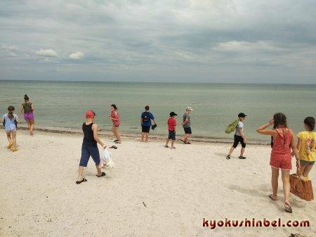 Юные каратисты проводят часть своих летних каникул на  косе Арабатская стрелка